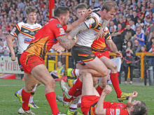 Walshaw re-signs for hometown club